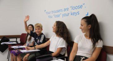 Jóvenes durante sus cursos de preparación a los exámenes en BELS