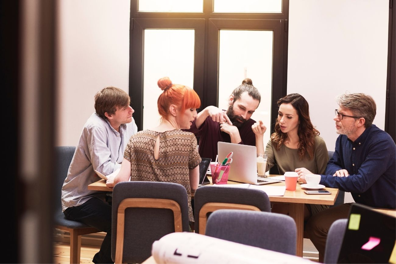 Studenti durante il corso di comunicazione aziandale in team