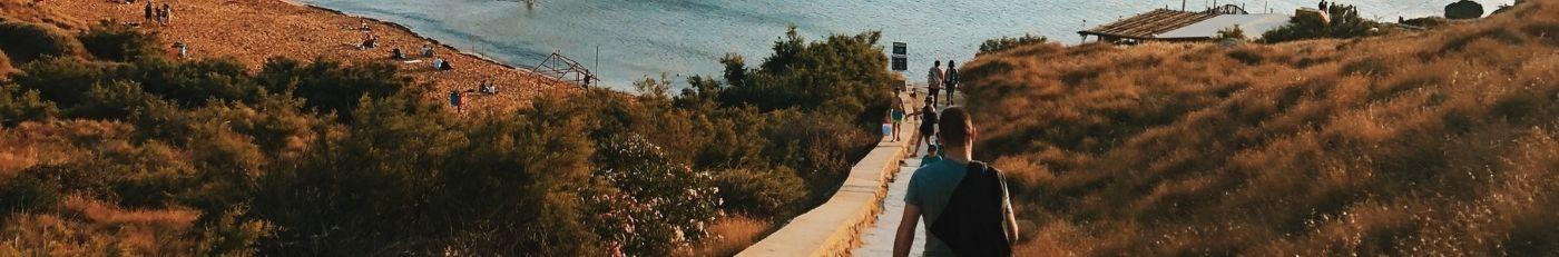 spacer w dół do plaży